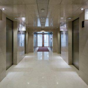 Oficinas-pasillo-Torre_Picasso-cushman-Madrid-e1532937690327