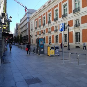 foto calle peatonal lateral con edificio zara